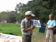 トンボの生態を説明する中島芳会員