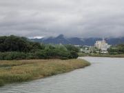 左に金色島、奥に石巻山