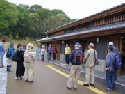 自然観察会開会の挨拶、ふるさと公園所長の神谷さん。