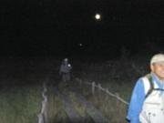 夜の葦毛湿原の歩道