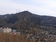 定点観測するコナラと弓張山系 毎月、この場所からの画像を掲載します(展望台から東方向)