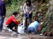 水穴で水を汲む人 外気温13℃ 水温14℃