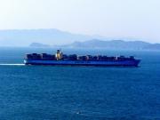 海上交通センターから見た全長360mのコンテナ船