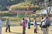 修景池の畔で木々の様子を観察