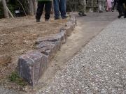 公園内の縁石も領家変成岩
