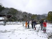 積雪の中で野鳥観察
