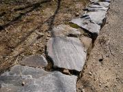 遊歩道脇の片麻岩