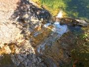 異なる2種の岩石が確認できる不動滝